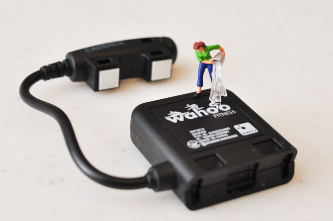Wahoo Fitness社のスピード・ケイデンスセンサー。もちろん,防水です(^^)