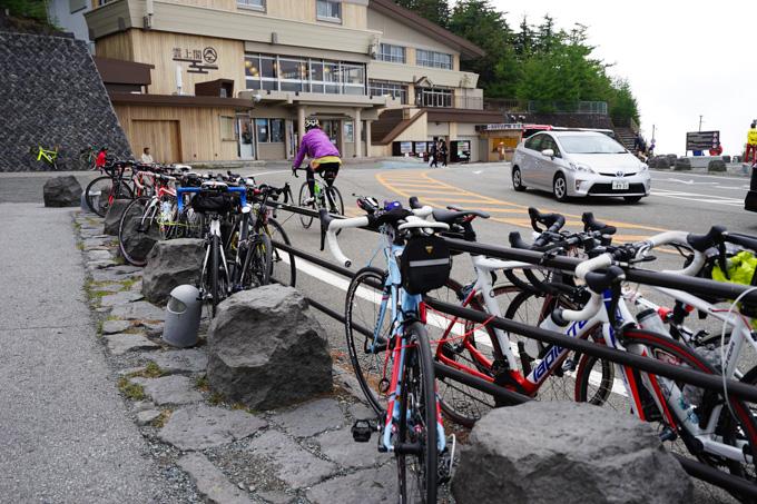 5合目には何十台ものロードバイクが停めてありました。