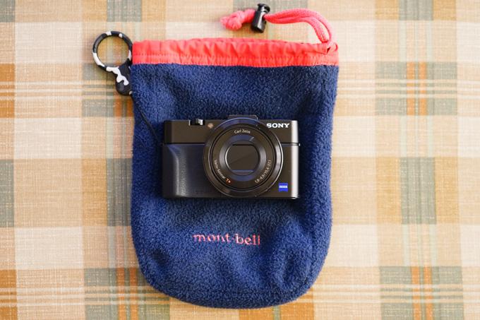 小さく便利な,モンベルのフリース袋シリーズ。カメラ,財布,メガネ,なんでも入れています(^^)