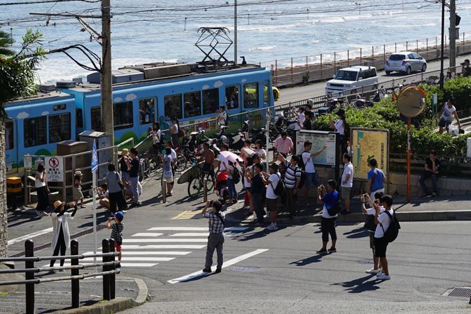 最近の鎌倉高校前駅踏切の様子。なんだかすごいことになってる・・・。