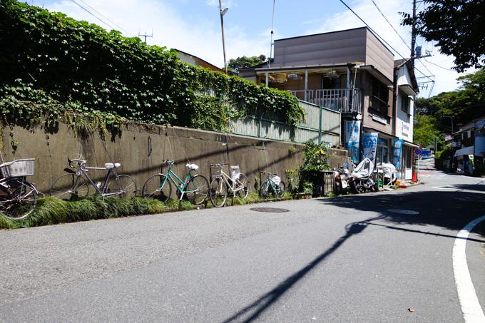 道端に展示(というか,放置or放牧?)されている自転車たち。その先には自転車屋さんが・・・!