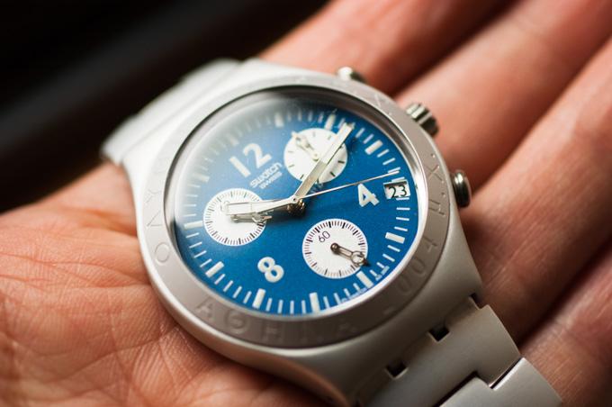 手持ちのSwatch。やっぱり時計は幅広デザインの方が・・・。