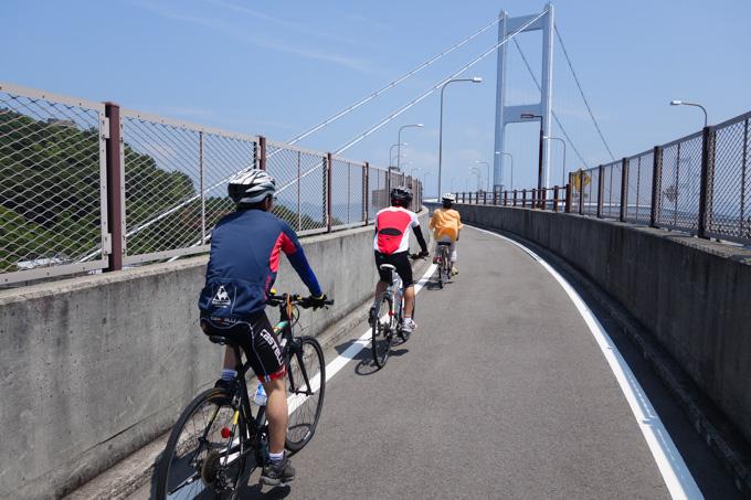 来島海峡大橋に向かう,Shiro家御一行様。先頭は電動のツマ号。
