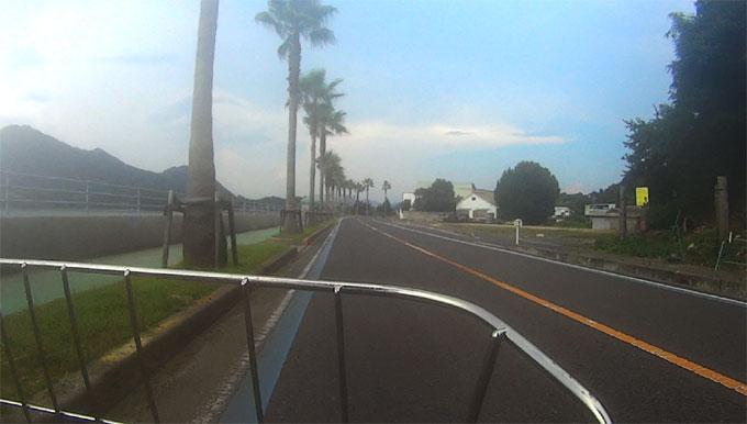 島の西海岸は平たんな道。どことなく,湘南にも似ています。