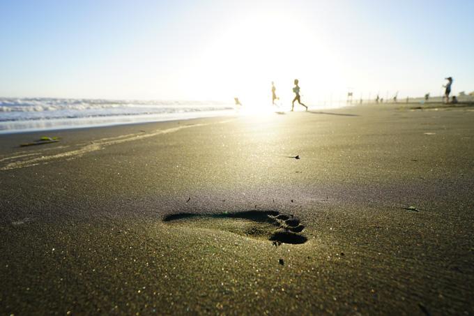 砂浜を走る子供の足あと。かわいい(^^) 【暴風鵠沼海岸フォトアルバムはこちら!】