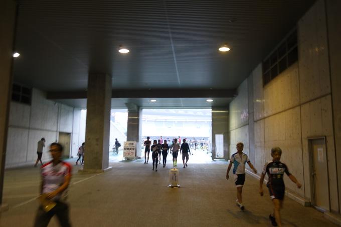 普段は自転車で入れないスタジアムへ。去年はココで転んでますが・・・。