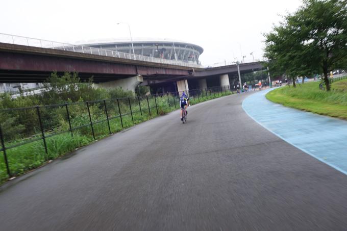 レース前に試走が義務付けられています。まだ路面が濡れている・・・。