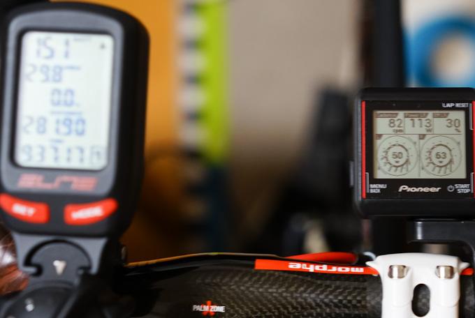 見にくいですが,左のEliteメーターが151W,右のペダリングモニターが113Wです。