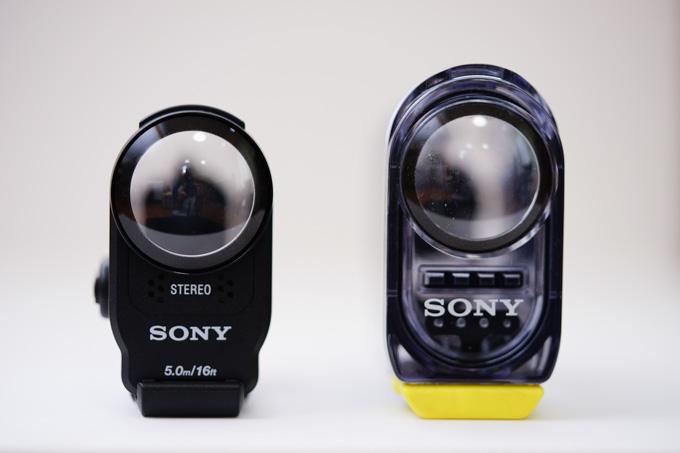 防水ケースはずいぶん小型化されました(左がAS200同梱品)。カメラサイズは変わらないので,どちらのケースも使えます。