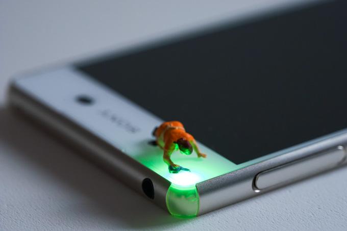 XPERIA Z4(こちらは私物)の着信ランプを磨くオカン。まぁ,私物の場合,ランプの必要性は低いですが・・・。
