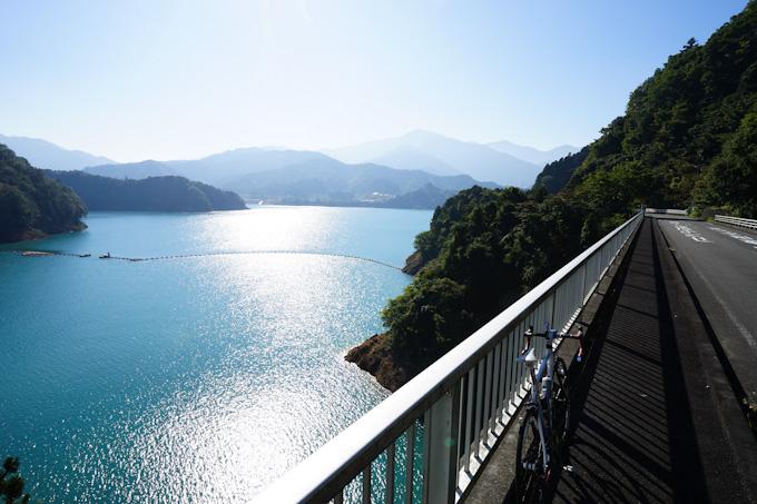 宮ケ瀬湖畔はどこも眺望がいいので,先に進めません(^^;