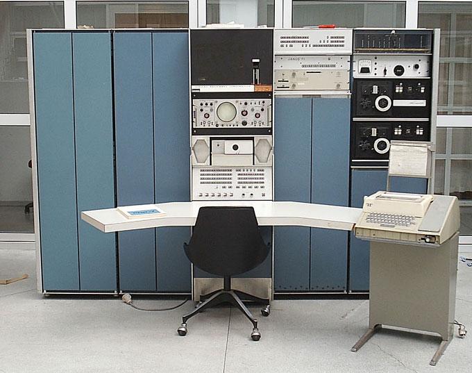 リッチーさん達が遊んでいたミニコン,DEC社のPDP-7。超小さいし,超お安い(7万ドル)。どこがやねん~(笑)
