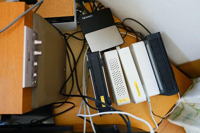 フルメンテナンス前。TV用も併せて7台の大小HDDが密集・・・。