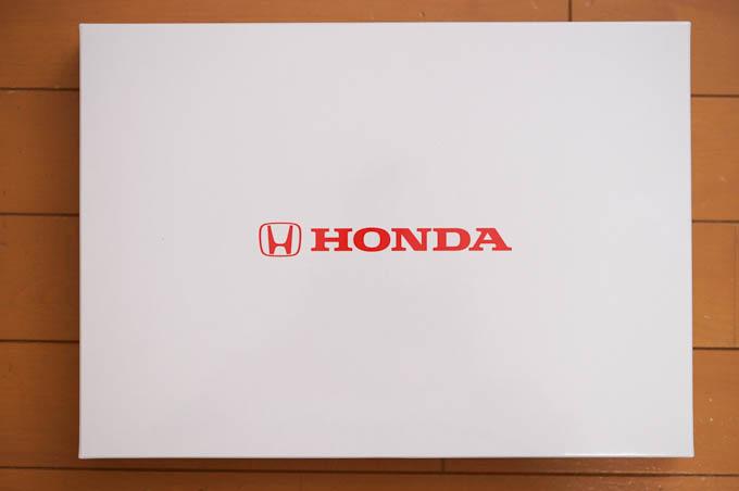 包装紙を剥がすと,またホンダのロゴが入った箱。