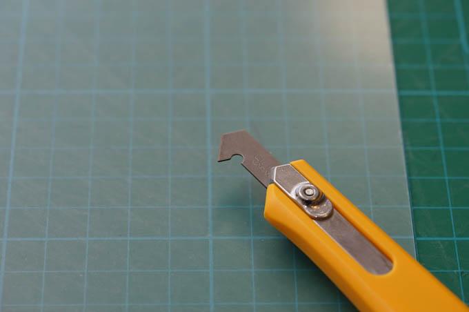 手元にあった,アクリルカッターで切ると,簡単に切断できました。