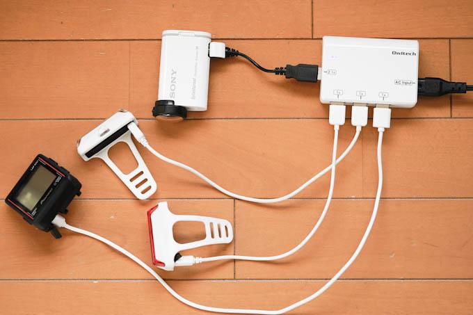 USB充電器に群がるアイテム達。