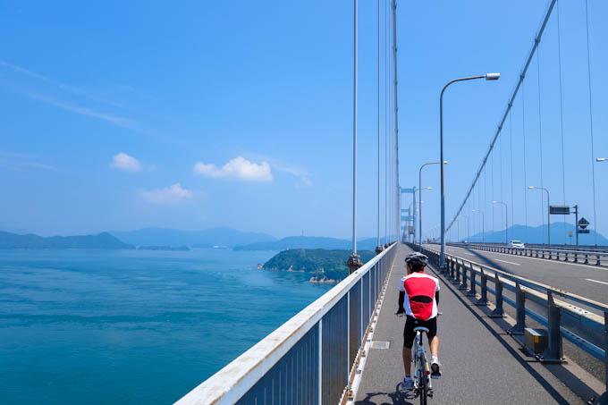 念願のしまなみ海道(来島海峡大橋)を渡る次男坊。2016年一番の絶景でした。