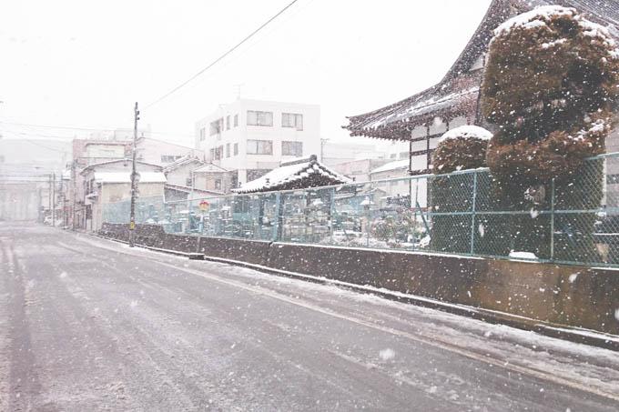 金曜日の昼間の福島。軽く吹雪いていますが,湘南との天気の違いにただただ驚きます・・・。