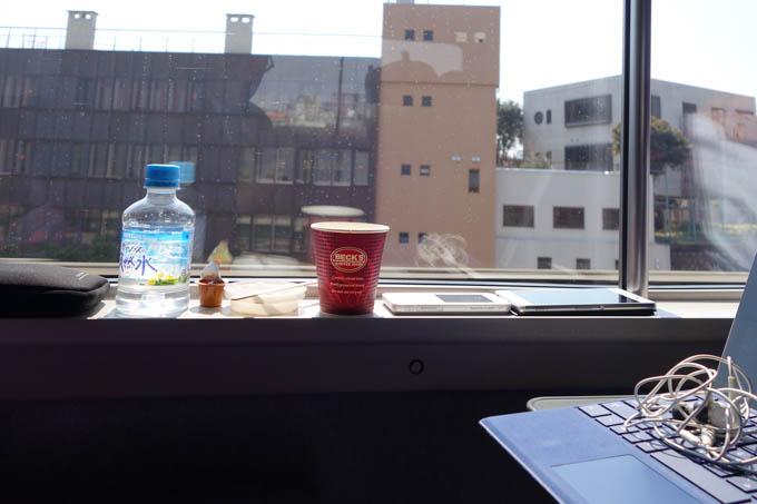 一見,オフィスに見えますが新幹線です。仕事,読書,ブログ,食事,トイレ,睡眠。あと風呂があれば完璧です…(笑)