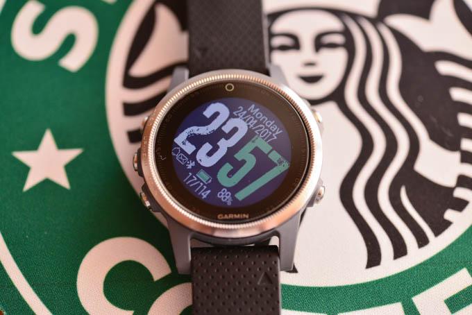 アプリストアからいろんな時計をダウンロードできます。これは,腕を真横にしなくても読める時計とのこと(^^)