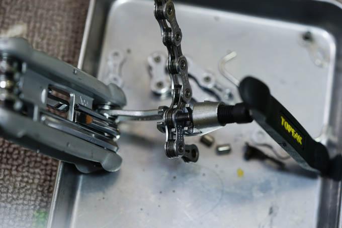 相変わらず,TOPEAKの携帯工具のカッターで切っています。