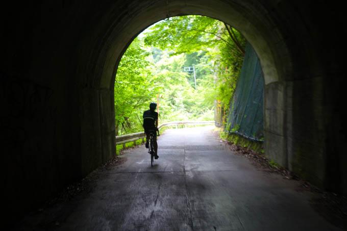 裏ヤビツの小さなトンネル。ツーリングに来ている感が高まります(^^)
