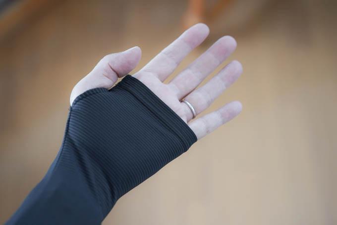 実際に指を通すとここまで来ます。さすがにグローブ装着時はやらんですけど・・・(^^;