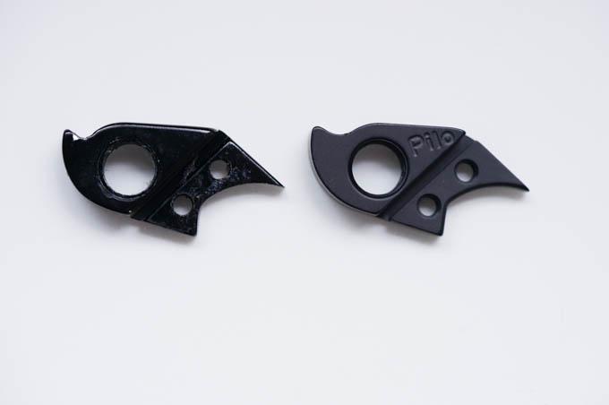 左が純正,右がDerailleurHanger.com製。表面加工が微妙に異なりますが,サイズ・形状は同一です。