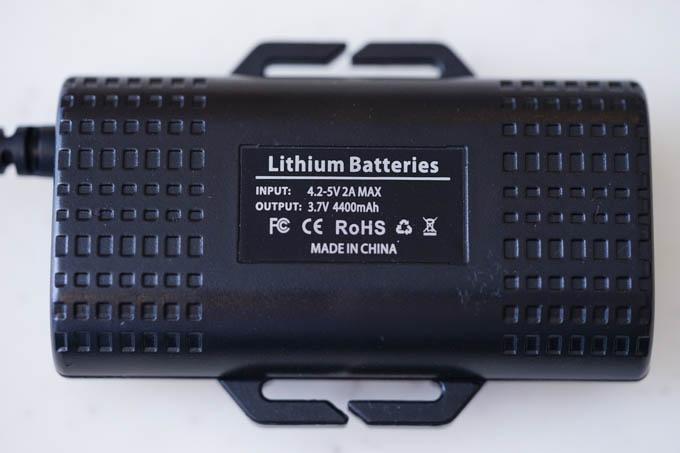 同梱のバッテリー。出力電圧は低めです(3.7V)