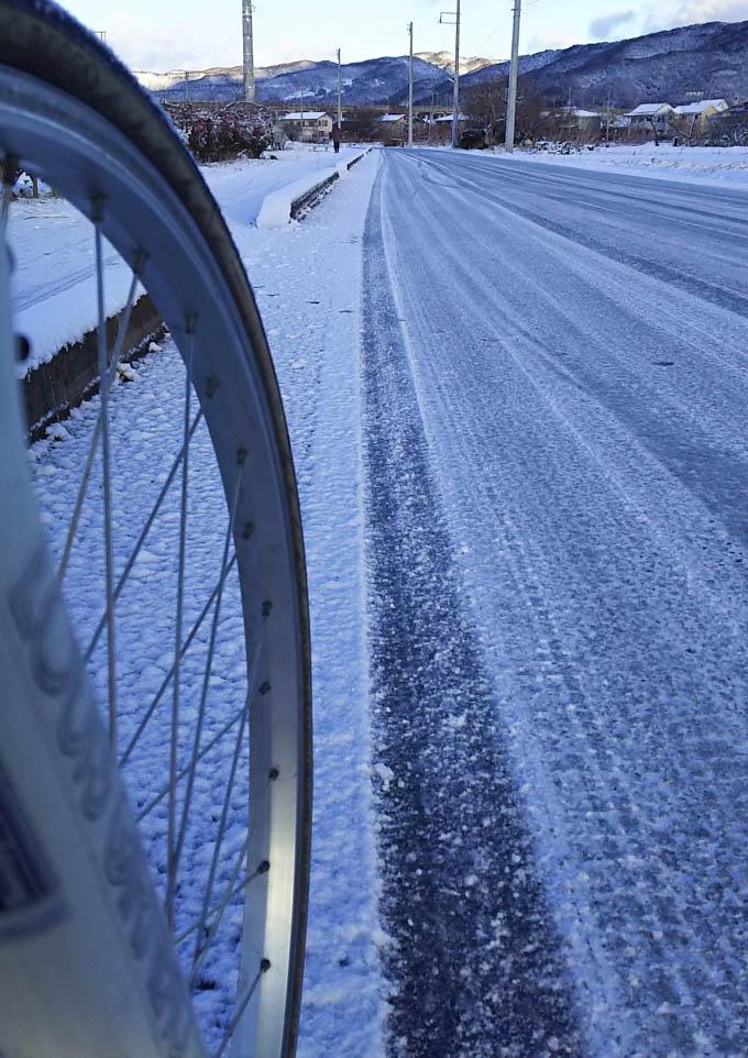 事件翌朝の通勤風景。今年の初雪です。さみ~