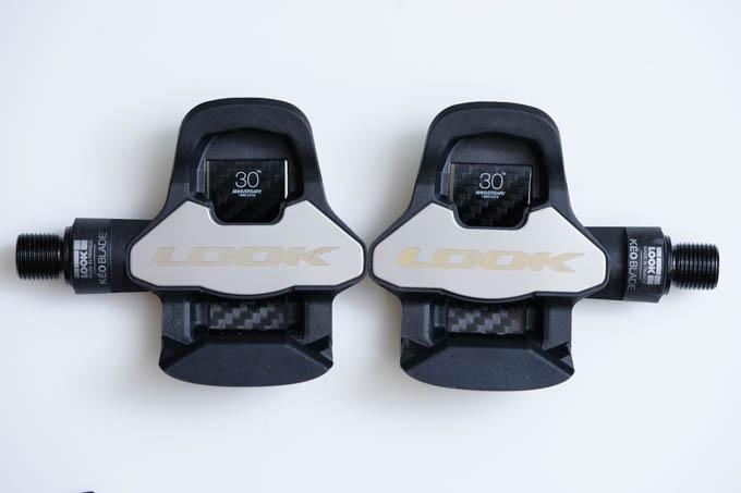KEO BLADEは踏み面の横に突起があります。足を踏み外すようなマヌケを戒めるためと思われます。