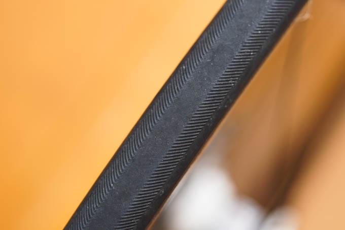 換装前のリアタイヤ(Vittoria CORSA CX3)。ツルツルですが、もっと重大な問題が・・・