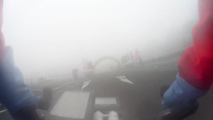 濃霧で霞むゴールに無事生還! 視界が利かない下山は怖かですたい。
