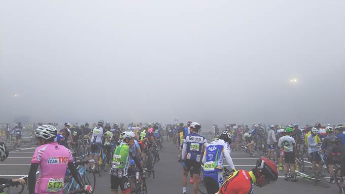 スタート前の様子。濃霧で先が見えない・・・。