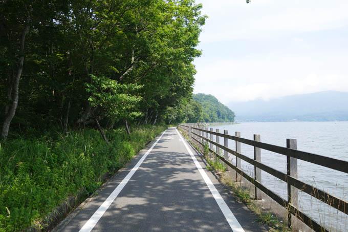 街中はもちろん、こんな平たん路も軽くなりました(山名湖畔だす)