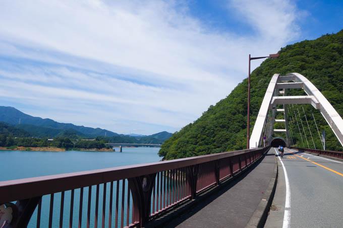 橋の前方に見えるのが、追い抜いていったライダーの方々。寂しい限り・・・。