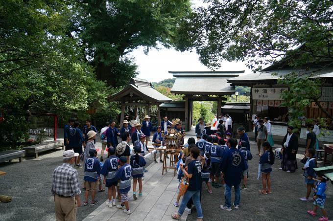 荏柄天神社では、こども神輿が出ていくところでした。