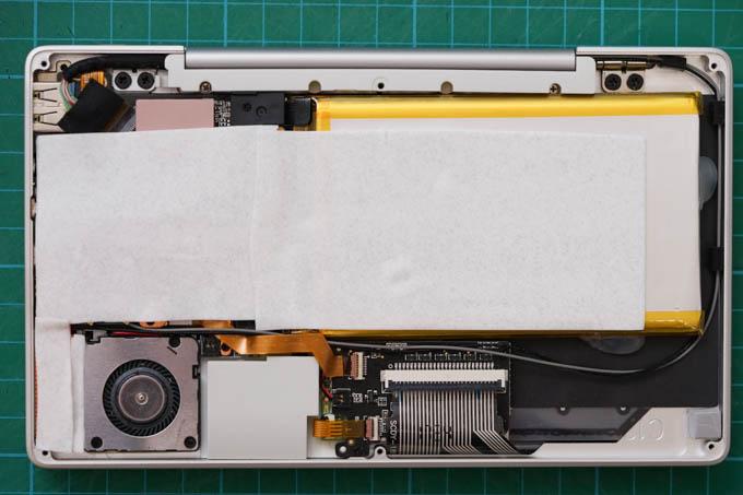 ボディ全体で放熱できるよう、3Mのパッドを全面に貼る。