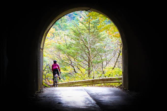 筆者全否定のロードバイクですが、手軽に冒険できる、素晴らしい乗り物だと思うんだけどなぁ・・・。写真は去年の裏ヤビツ。今週末行ってこようかな?(^^)