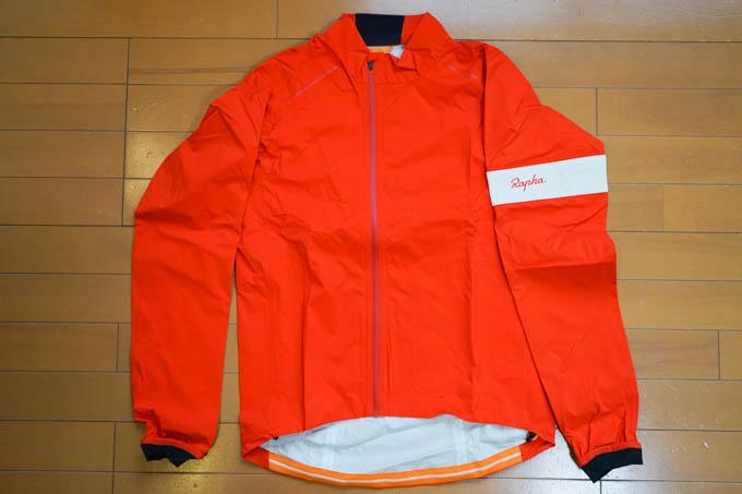 Raphaの真っ赤なレインジャケット。通気性&透湿性ゼロが特徴・・・(?)