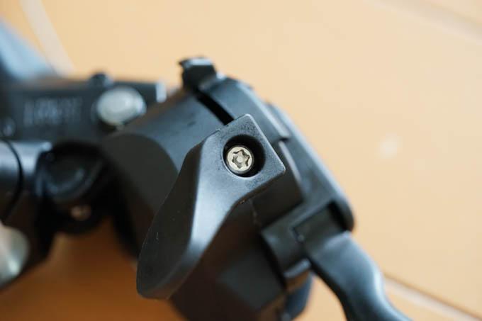 補助レバーは、なぜか、いたずら防止ネジで固定されています。