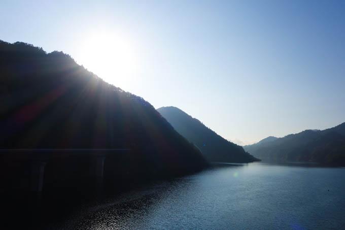 宮ケ瀬湖到着~。ちょうど日が出て暖かくなってきました。