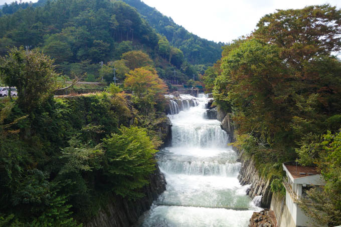 田原の滝、という名所。住宅街のすぐ横に、ミニナイアガラが・・・!