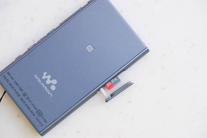 WALKMANの脇腹から出ているのが、128GBのmicroSDカード。