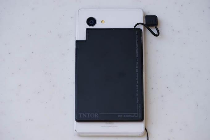 USBケーブルは短いので、充電されるデバイスとくっ付ける形になります。
