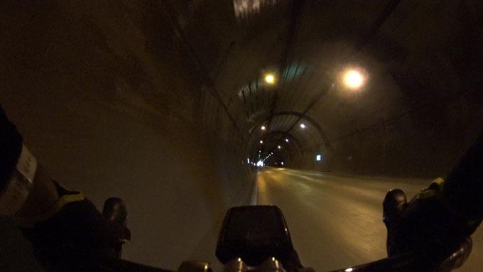 トンネルの中間付近。怖いよ~