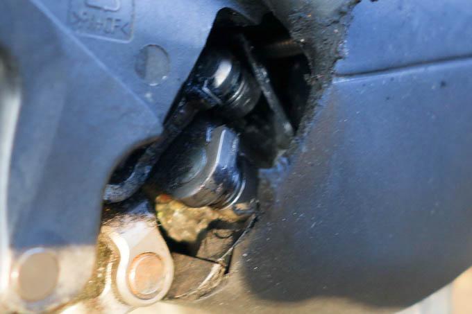 巻取りユニットの中に、カバーの破片が巻き込まれています。