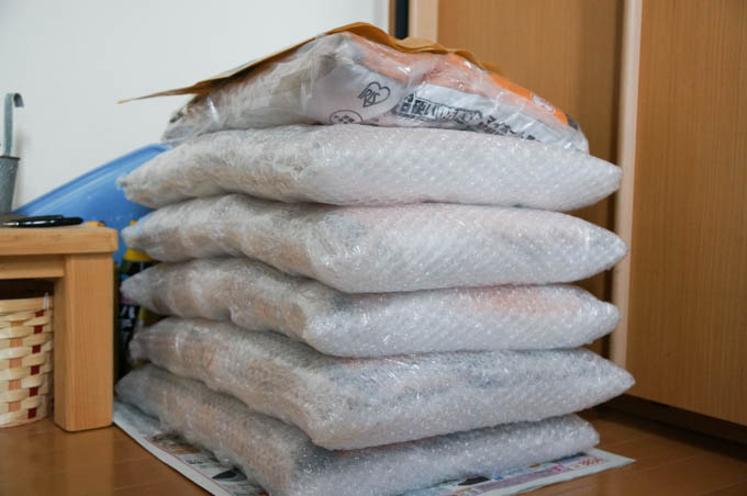 庭の除草用に購入した真砂土(15kg入り)。写真は6袋だけど、あと14袋も外にある・・・、ひとりで?