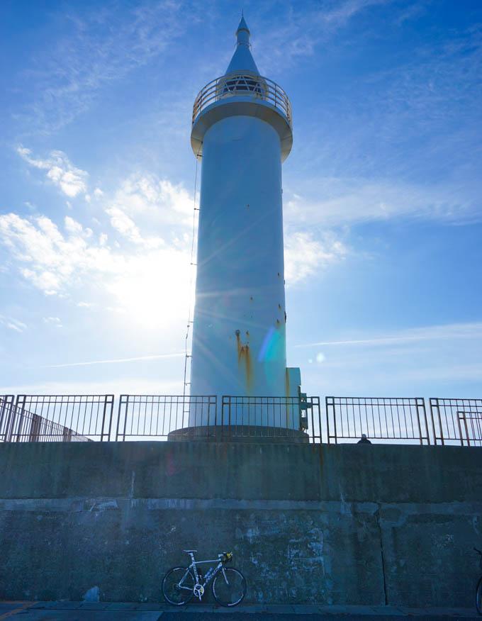 江の島港の灯台へ。日差しはあるけど強風で、意外と寒し。