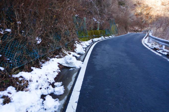 路肩に雪が残っているような・・・。